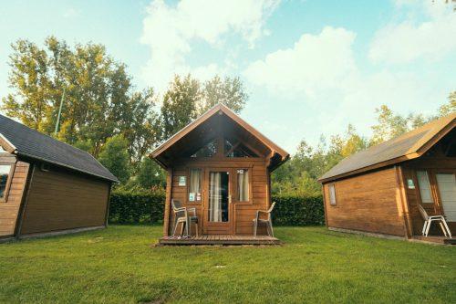 Verblijf in een trekkershut middenin het groen op Camping Groeneveld!